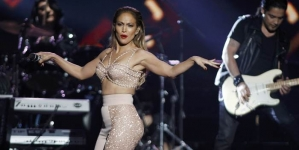 Jennifer Lopez Pays Touching Tribute to Selena (VIDEO)